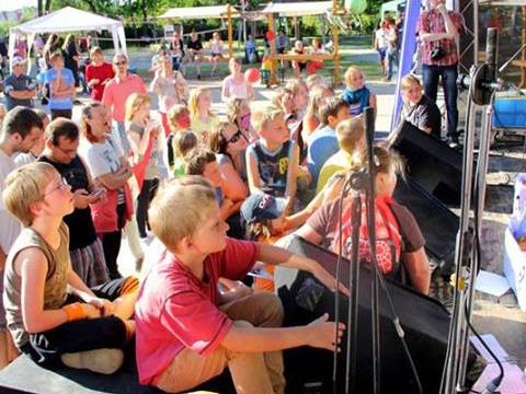 Kinder vor der Bühne bei der Fete de la Musique Burg
