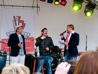 Hatten Spass auf der Bühne: Christian Fleps, Marquess-Frontmann Sascha Pierro und Moderator Stefan Bernschein