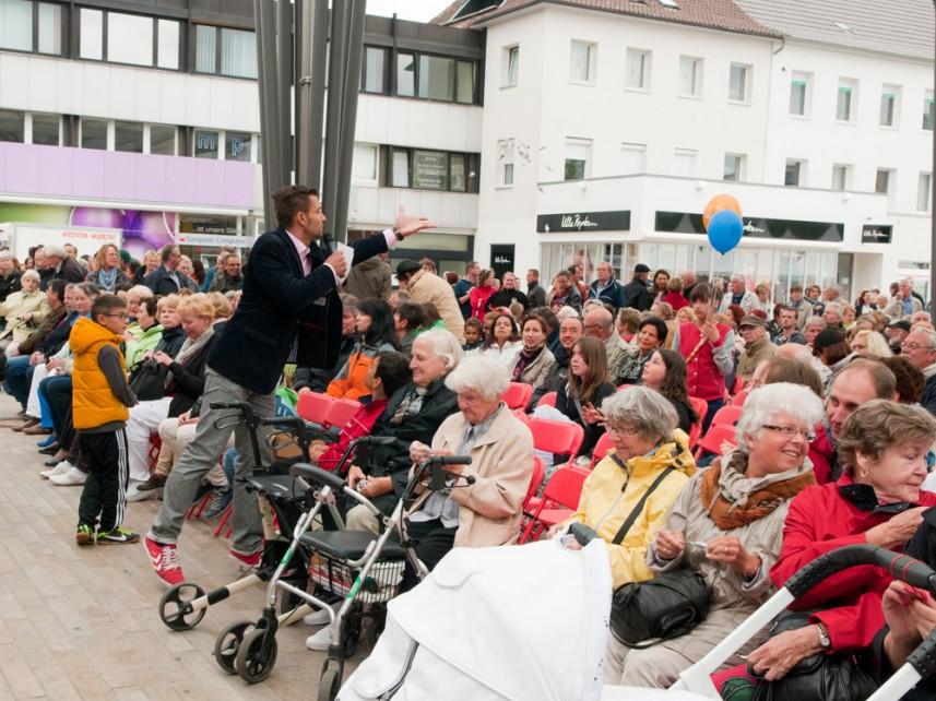 Damit die Laune erhalten bleibt: Moderator Stefan Bernschein wirft Bonbons ins Publikum