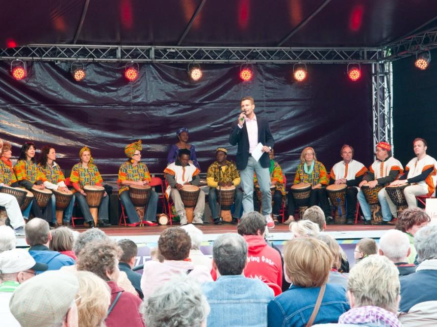 Moderator Stefan Bernschein mit den Musikern vom Trommelparadies für afrikanische Kultur e.V.