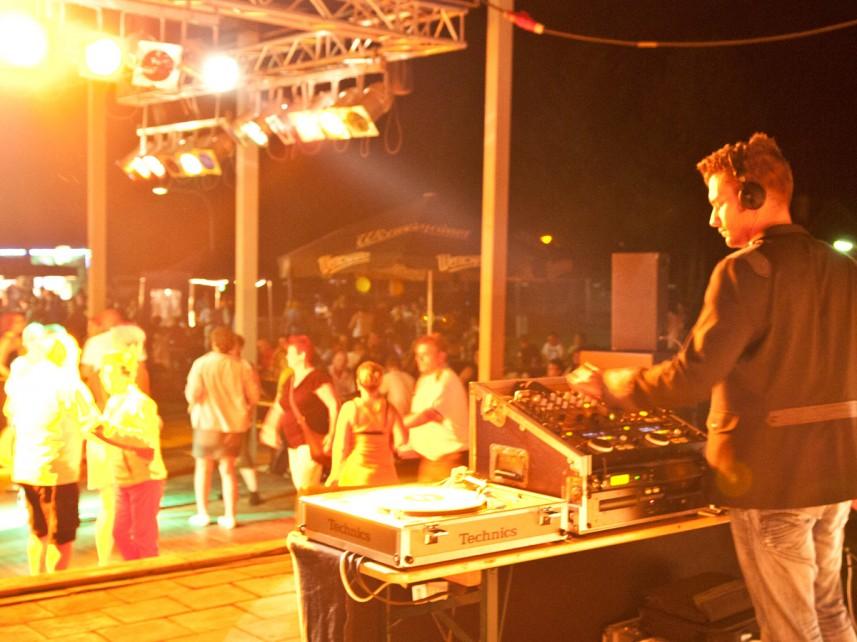 DJ Stefan Bernschein legt Platten auf