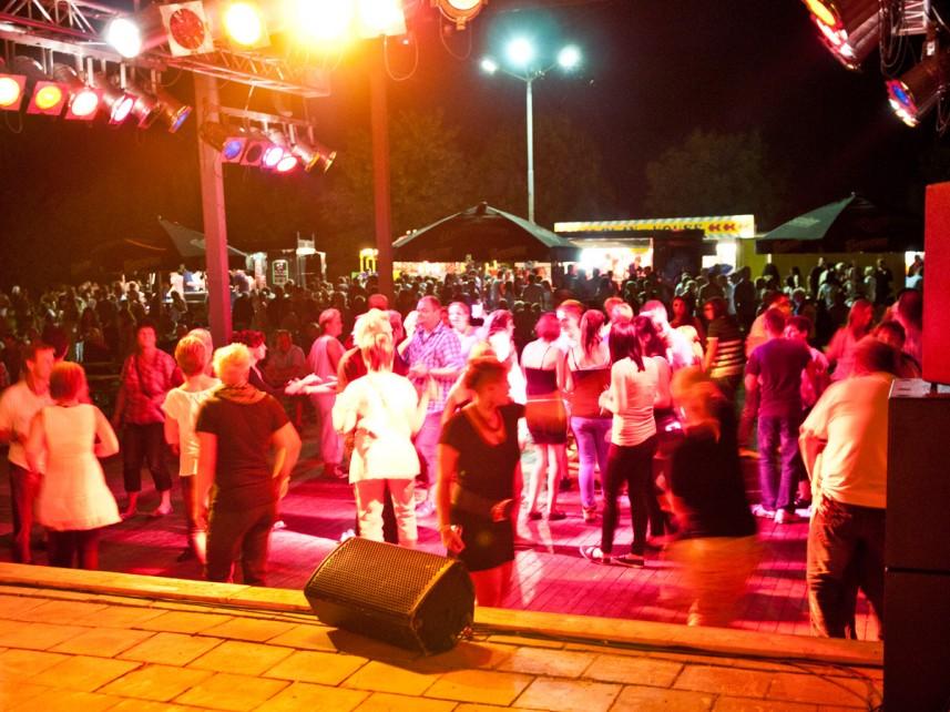 Tanzen unter freiem Himmel: Publikum zur 175-Jahr-Feier in Klein Wanzleben