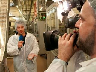 Verpackung ist alles: Reporter Stefan Bernschein mit Kameramann Ortwin Schleser bei Röstfein.