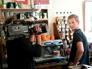Kameramann Ortwin Schleser mit Barista Maurice Tobisch vom Espressokartell