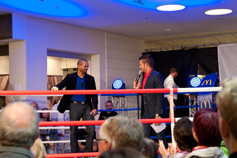 Box-Weltmeister Yoan Pablo Hernandez bekommt ein spontanes Geburtstagsständchen