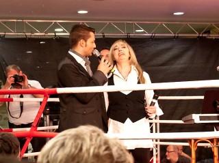 Moderator Stefan Bernschein und Schlager-Legende Veronika Fischer auf der Bühne.