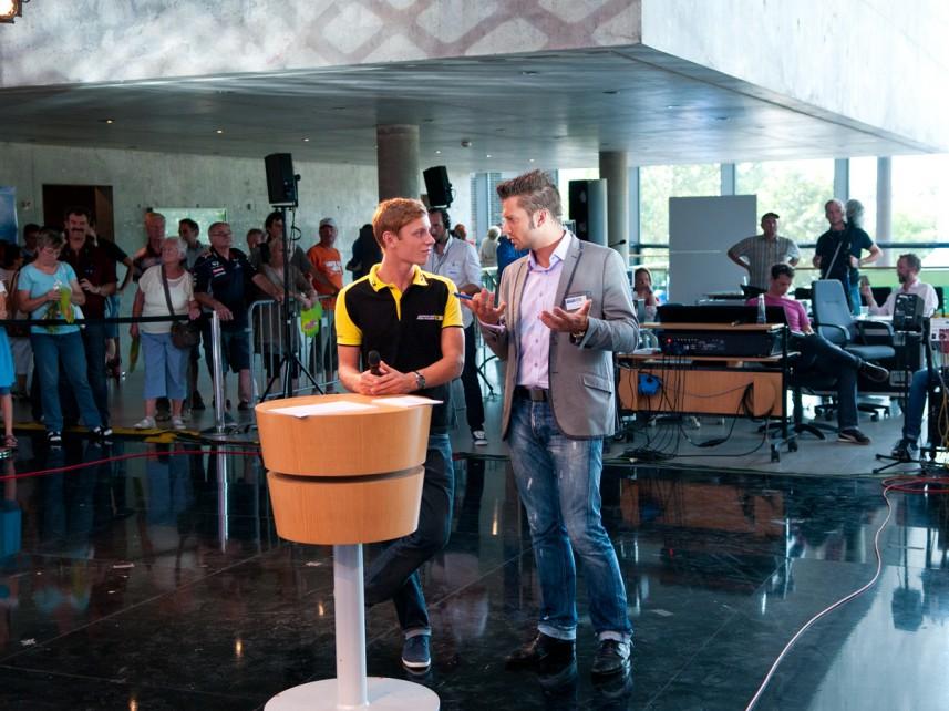 DTM- und Formel-3-Pilot Marvin Kirchhöfer mit Moderator Stefan Bernschein