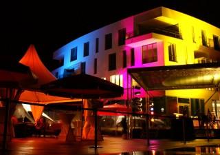 Perfekt illuminiert: die Fassade des Geschäftshauses am Elbbahnhof