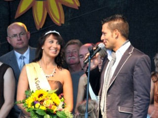 Genthins neue Kartoffelkönigin Caroline Lange mit Eventmoderator Stefan Bernschein