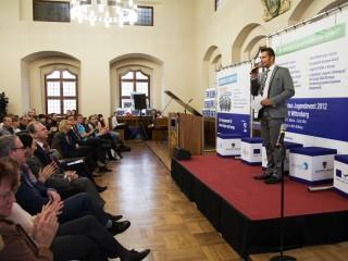 Moderator Stefan Bernschein stellt das Projekt vor