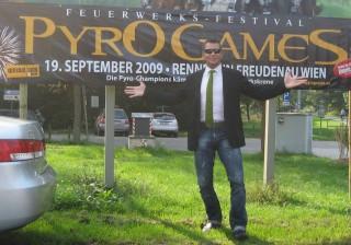Moderator Stefan Bernschein vor  dem Pyro-Games-Banner in Wien