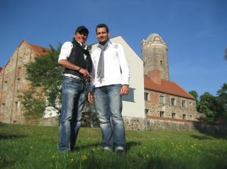 NDW-Star Peter Schilling und MDR-Reporter Stefan Bernschein auf der Burg Ziesar