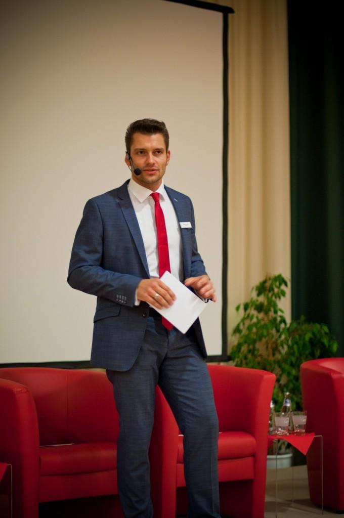 Moderator Stefan Bernschein begrüßt Gäste