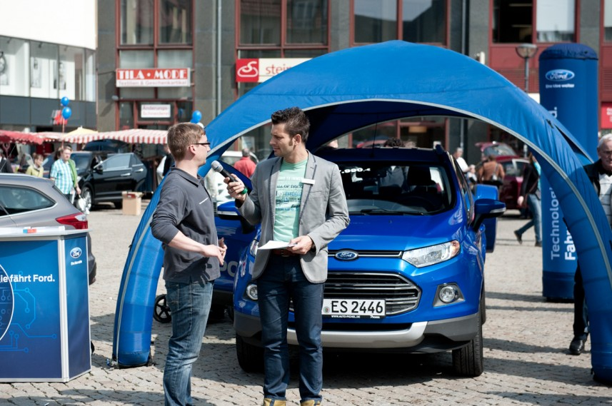 Moderator Stefan Bernschein bei Ford mit Modell Ford Eco Sport