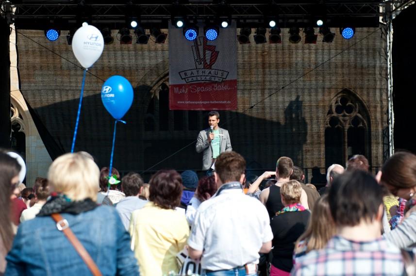 Moderator Stefan Bernschein mit Publikum beim Warm-up