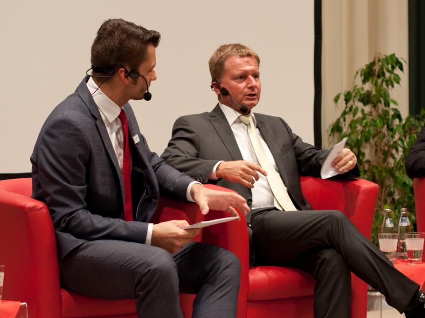 Moderator Stefan Bernschein mit n_tv-Moderator Raimund Brichta