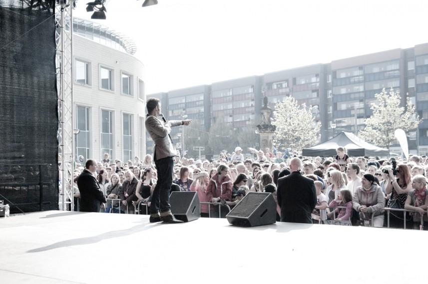 Moderator Stefan Bernschein spielt mit Publikum in Halberstadt