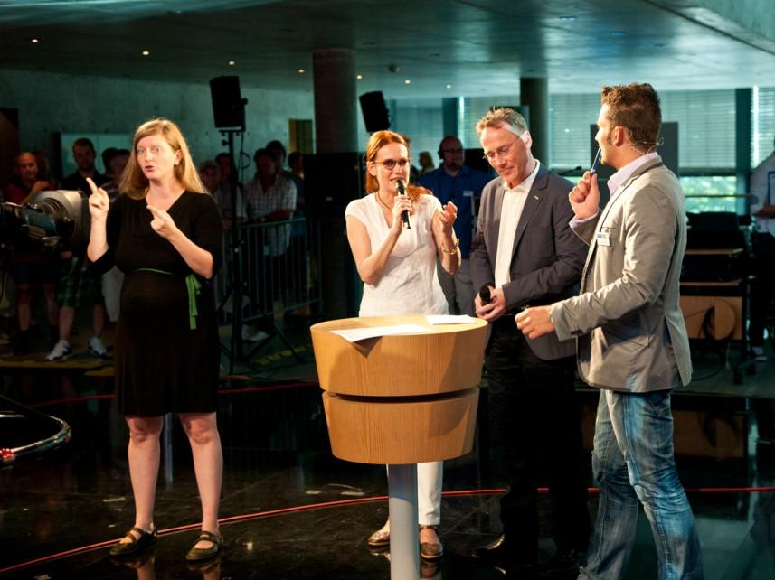 Gebaerdendolmetscherin Sandra Köchy, MDR-Moderatorin Andrea Horn, Sportmoderator Thorsten Melzer mit Stefan Bernschein