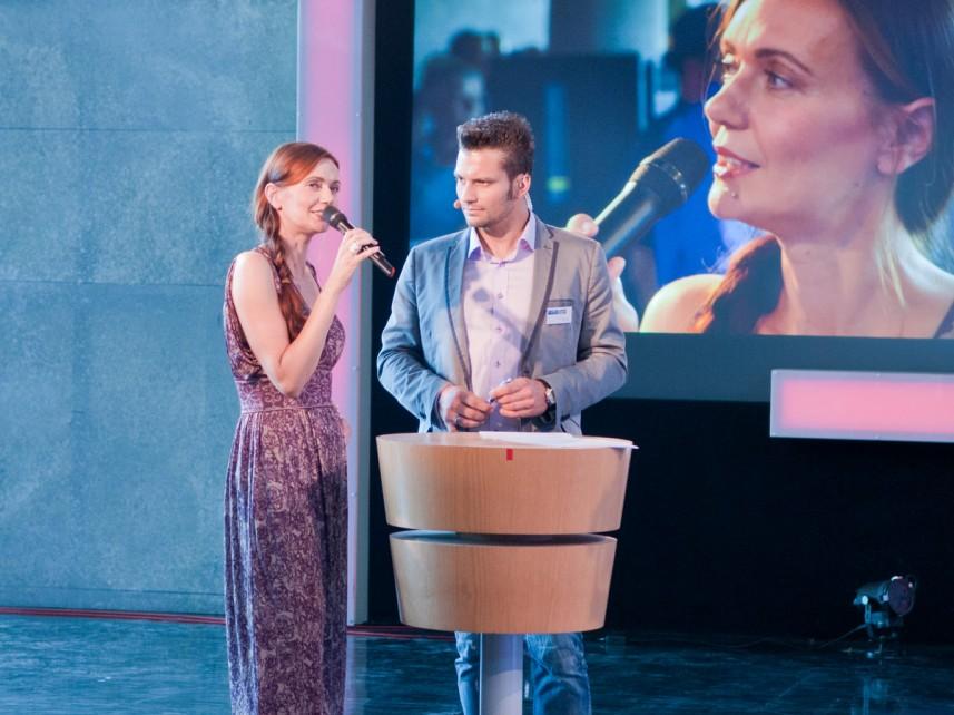 MDR Exakt die Story Moderatorin Annett Glatz mit Stefan Bernschein