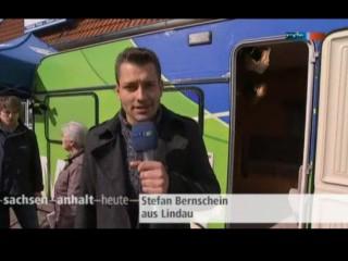 MDR-Reporter Stefan Bernschein vor dem Meckermobil in Lindau