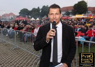 Moderator Stefan Bernschein vor Publikum bei dem Pyro Games Dresden