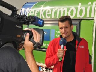 MDR-Reporter Stefan Bernschein vor dem Meckermobil in Eckartsberga