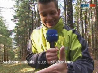 Reporter Stefan Bernschein mit Waldameise